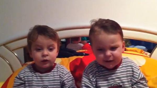Zwillinge singen den Werder-Song